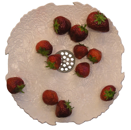 lace-plate-with-drain-strawberries-1.jpg