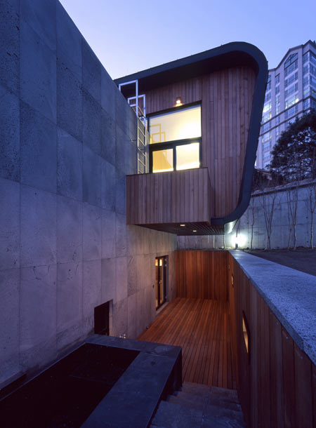 z-house-by-hohyun-park-hyunjoo-kim_sunken-garden-with-outside.jpg