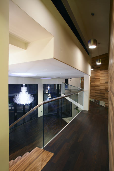 z-house-by-hohyun-park-hyunjoo-kim_upper-level-corridor.jpg