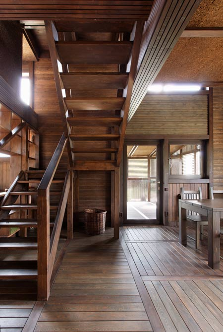 Exceptionnel The Interior Carries On The Theme Of Slatted Wood, And The Living Spaces  Are Arranged Around A Central Wooden Staircase.