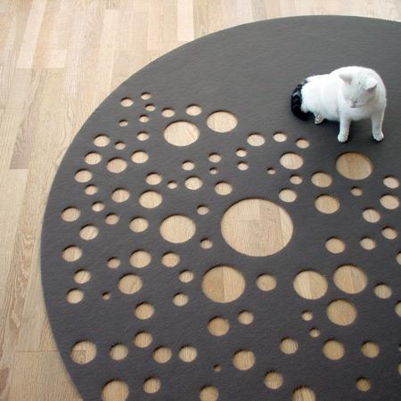 Необычный ковёр в виде луны был разработан...