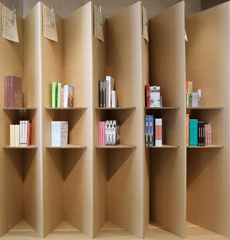 Foldaway bookshop by campaign dezeen - Biombo de carton ...