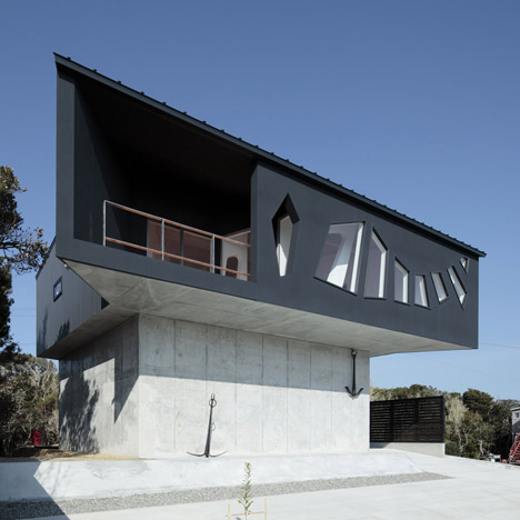 loftylovin a house awaiting death. Black Bedroom Furniture Sets. Home Design Ideas