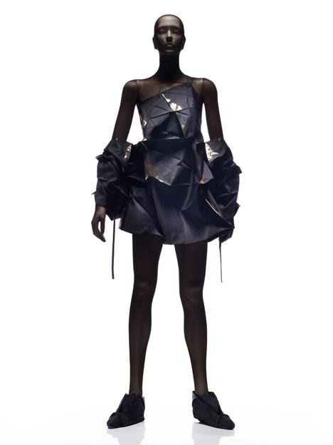 Геометрическая одежда складывается в футуристические наряды.