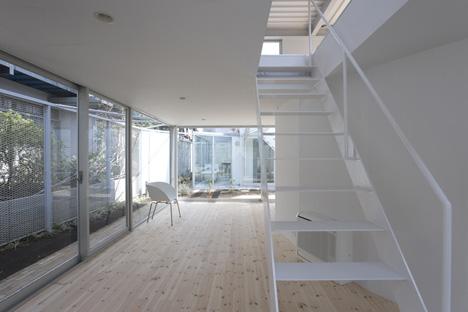 Apartment in Kamitakada by Takeshi Yamagata Architects