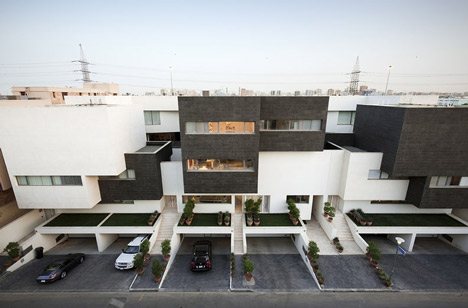 Black and White House by AGi architects