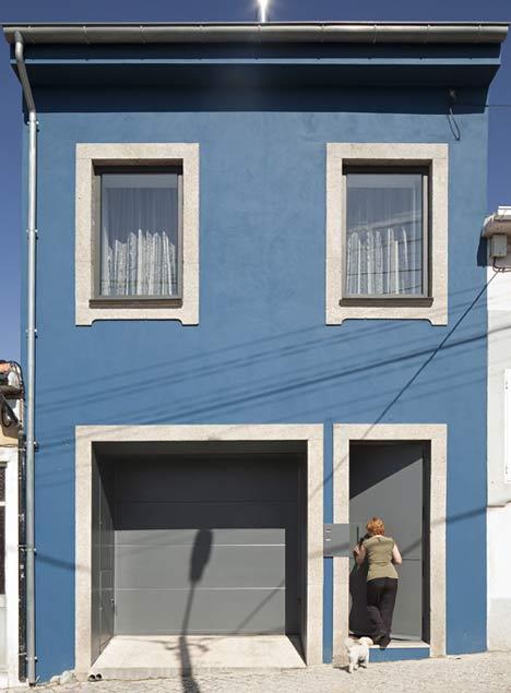kék ház, fehér ablakkiemelésekkel