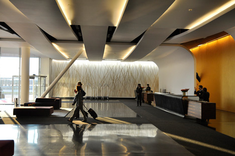 Sheraton milan malpensa hotel by king roselli architetti for False ceiling design for lobby