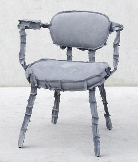 два стула с обивкой из кусочков кожи.