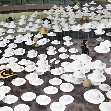 external image dezeen_Akio-Hiratas-Exhibition-of-Hats-by-Nendo_02.jpg