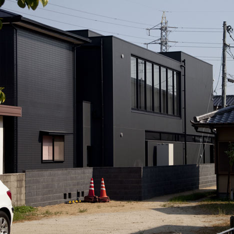 Black Slit House by Three.Ball.Cascade