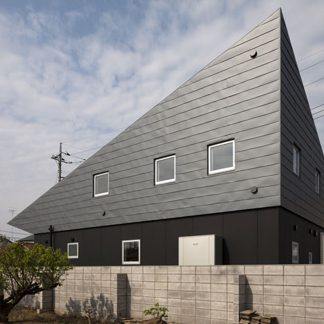 Large Roof House by Architect Cafe