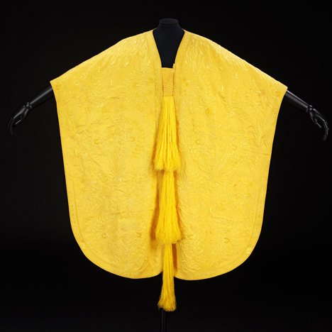 Spider-silk cape by Simon Peers and Nicholas Godley