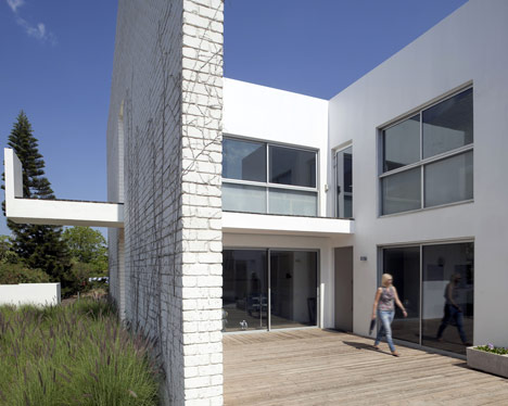 House N by Sharon Neuman and Oded Stern-Meiraz