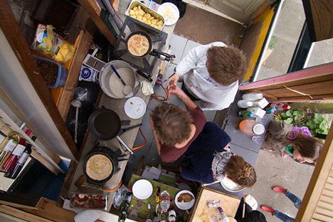 dezeen Straatlokaal by Rikkert Paauw and Jet van Zwieten 7 Летнее кафе из ненужных материалов. + много фото. svoimi rukami publichnyie mesta %d0%bc%d0%b5%d0%b1%d0%b5%d0%bb%d1%8c gorodskoy dizayn