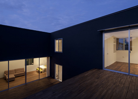 Terrace Step House by HUG