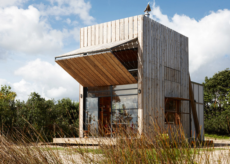 Hut on sleds by crosson clarke carnachan architects dezeen for Coastal home designs nz