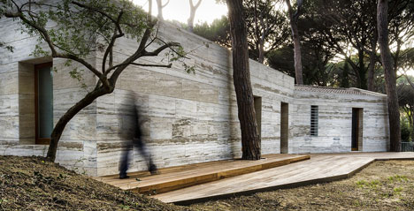 House in a Pine Wood by Sundaymorning and Massimo Fiorido Associati