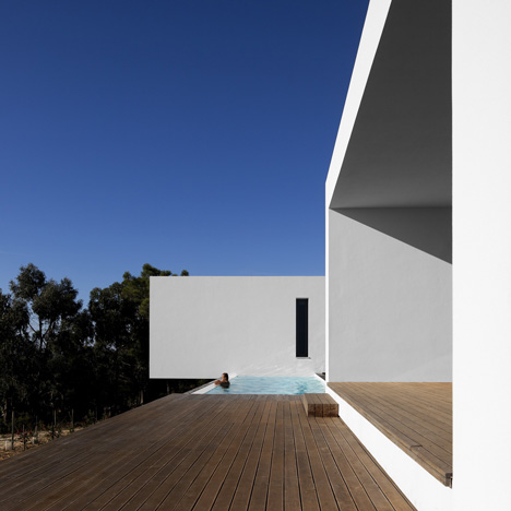U-House by  Jorge Graca Costa