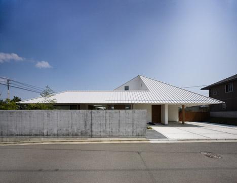 House in Sanbonmatsu by Hironaka Ogawa