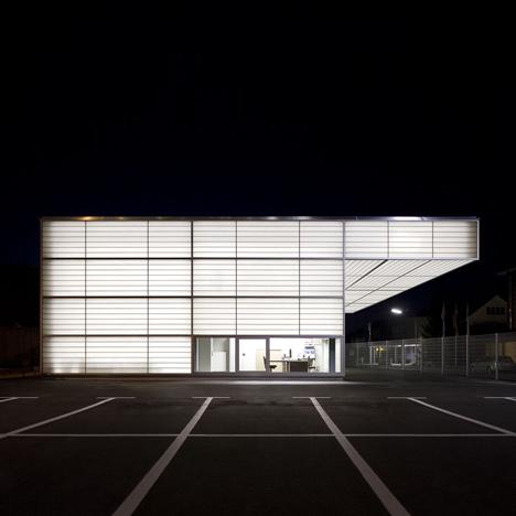 White light glows through the translucent facades of this workshop in Siegen, Germany, by Ian Shaw Architekten (+ slideshow)