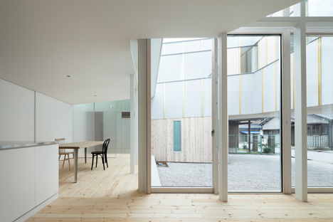 House in Nagahama by Comma Design Office