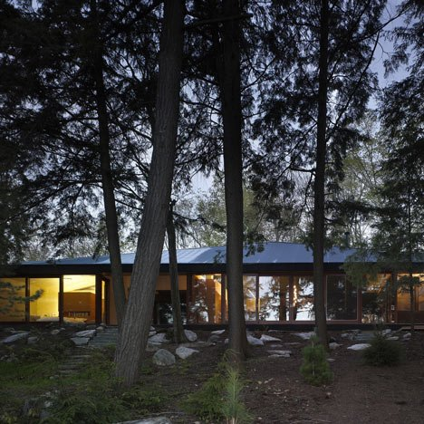 dezeen_Clear Lake Cottage by MacLennan Jaunkalns Miller Architects_2sq