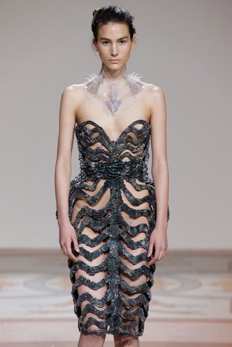 dezeen_Magnetic grown dresses by Iris van Herpen and Jolan van der Wiel_4