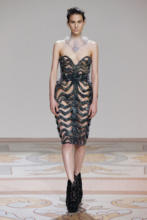 dezeen_Magnetic grown dresses by Iris van Herpen and Jolan van der Wiel_5