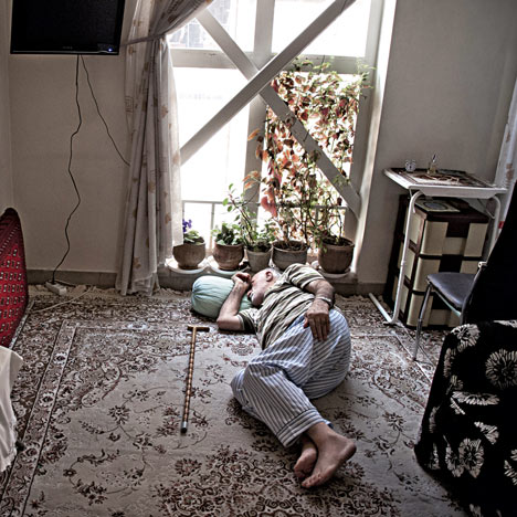dezeen_iranian_living_room_fabrica_paypal_z
