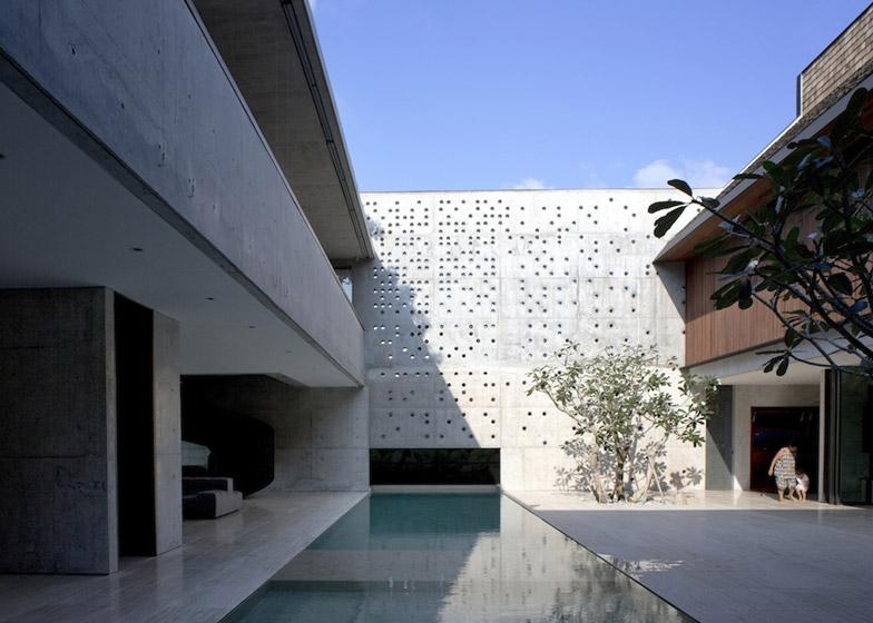 Courtyard House by Formwerkz Architects