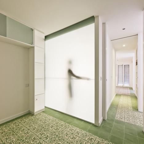 Renovated apartment by Romero Vallejo Arquitectos
