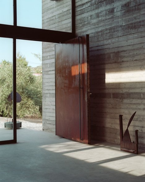 Art warehouse in boeotia by a31 architecture for Wall in front of main door