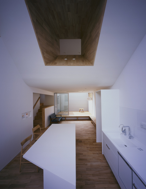 House in Kamihachiman by Horibe Associates