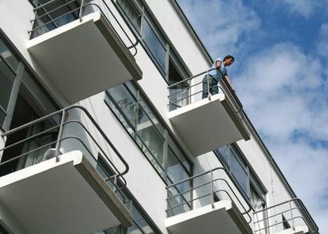 Visitor on a balcony of the studio building (Prellerhaus), Gropius 1925/26