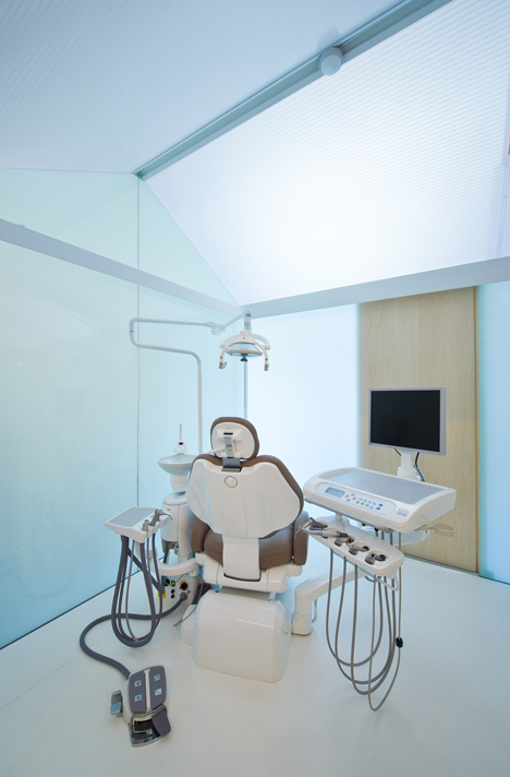 Dental Clinic in Nakayamate by Tato Architects