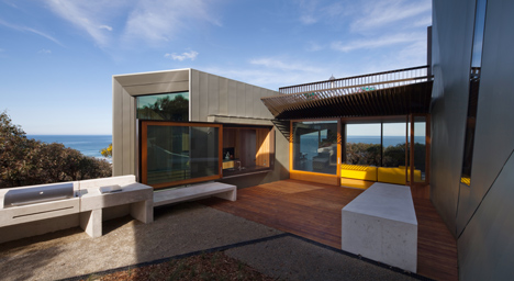John Wardle's Fairhaven Beach House wraps a courtyard and stretches towards the ocean
