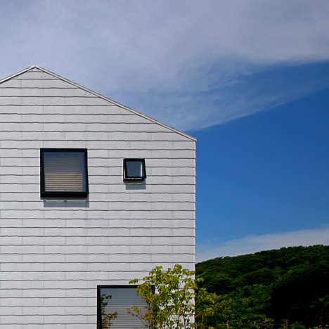 House in Ōiso with walls covered in roofing material by Atelier HAKO Architects