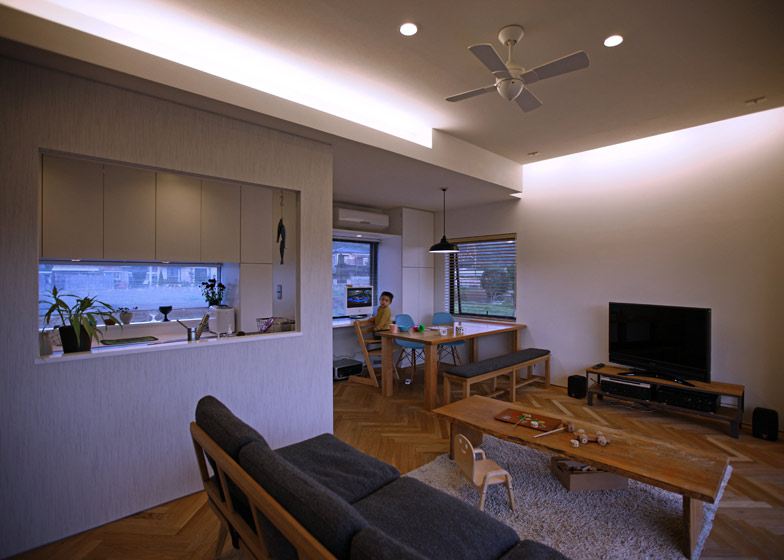 House in Oiso by atelier HAKO architects