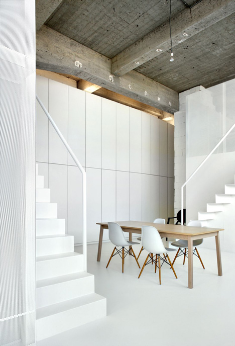 Loft apartment with super thin staircases by adn architectures for Architecture interieur bruxelles