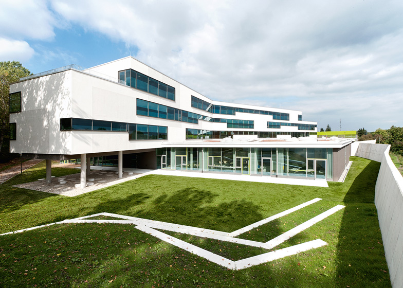 Secondary School Ergolding by Behnisch Architekten