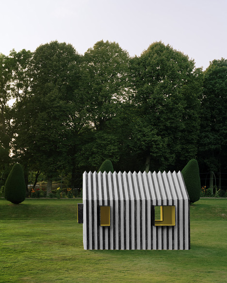 Chameleon Cabin made from paper changes<br /> colour when viewed from either side