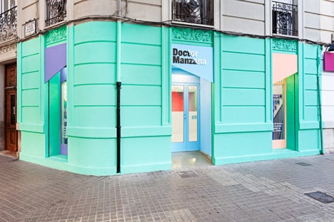 Doctor Manzana colourful gadget shop interior by Masquespacio_dezeen_7
