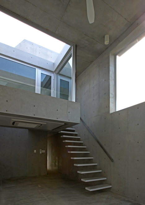 House at Minamikarasuyama by atelier HAKO architects
