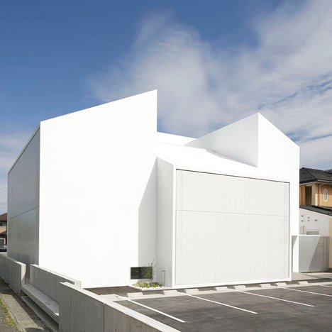 White Essence Takashima and Salon de M by Ryutaro Matsuura_dezeen_3sqb