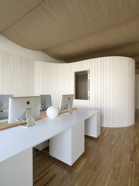 Architecture studio with a bulging wall by domohomo architects
