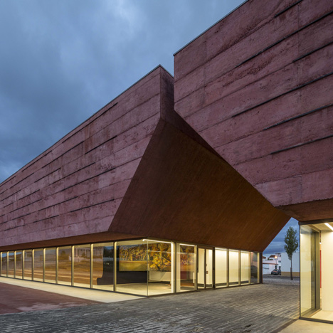 Red concrete visitor centre by Gonçalo Byrne tells the story of a Portuguese civil war battle