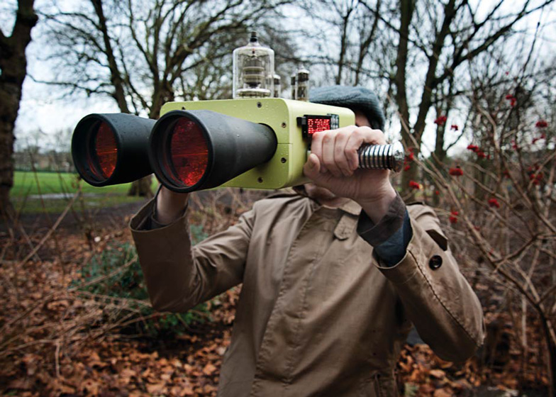 Future and past-viewing binoculars