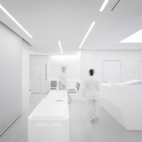 White Space orthodontic clinic with<br /> Corian walls by Bureauhub