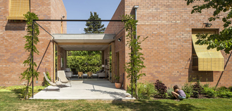 House 1101 by H Arquitectes has rooms that open up to the outdoors